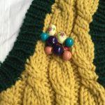 ピアスをブローチのようにとめる時のコツ~編み地を観察